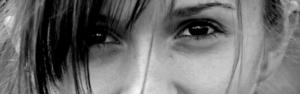 schwarzweiss Bild mit Gesichtsausschnitt einer jungen Frau