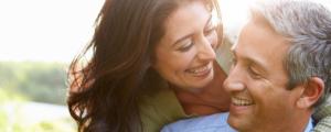 Körperpflege für Frau und Mann - glückliches Paar